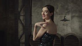 Mulher moreno de encantamento que sorri delicadamente dentro video estoque