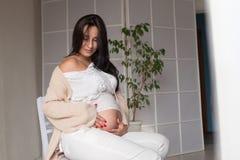 Mulher moreno grávida bonita em partos de um hospital fotografia de stock royalty free