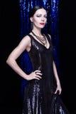 Mulher moreno lindo em um vestido de noite de brilho Fotografia de Stock Royalty Free