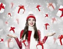Mulher moreno nova bonita com muitos presentes - portr do Natal Foto de Stock Royalty Free
