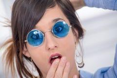 Mulher moreno nova bonita com vidros azuis Imagem de Stock