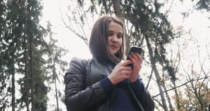 Mulher moreno nova bonita que toma um Selfie usando Smartphone Feche acima da menina feliz que usa Smartphone fora dentro Fotos de Stock