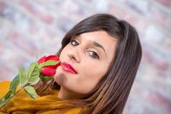 Mulher moreno nova com flor cor-de-rosa Imagem de Stock