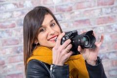 Mulher moreno nova com uma câmera fotográfica Foto de Stock Royalty Free