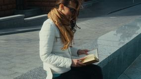 Mulher moreno nova encantador que lê um livro vídeos de arquivo
