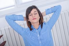 A mulher moreno nova na camisa azul relaxa Imagens de Stock