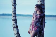 Mulher moreno nova sensual com o lago enorme no fundo Imagens de Stock Royalty Free