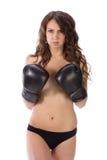 Mulher moreno nova 'sexy' com as luvas de encaixotamento pretas que cobrem o brea Foto de Stock Royalty Free