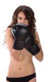 Mulher moreno nova 'sexy' com as luvas de encaixotamento pretas que cobrem o brea Imagem de Stock