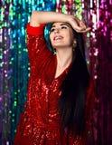 Mulher moreno que comemora, tendo o divertimento no partido Retrato da menina de sorriso em um vestido vermelho glamoroso à moda  fotos de stock