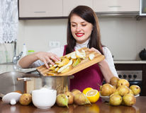 Mulher moreno que cozinha o doce da pera Fotografia de Stock