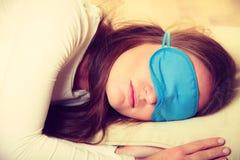 Mulher moreno que dorme na máscara do sono dos olhos azuis imagem de stock royalty free