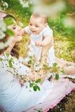 Mulher moreno que leva sua criança amado Fotografia de Stock