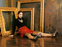 Mulher moreno rica da beleza em próximo interior luxuoso Imagem de Stock