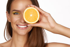 A mulher moreno 'sexy' bonita com citrino em um fundo branco, alimento saudável, alimento saboroso, dieta orgânica, sorri saudáve Fotos de Stock Royalty Free