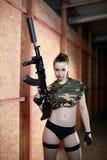 Mulher moreno 'sexy' bonita que guarda a arma do exército Imagem de Stock Royalty Free