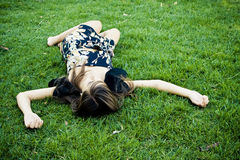 Mulher morrida ou de descanso na grama Imagens de Stock