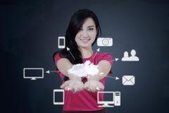 A mulher mostra ícones de computação da nuvem Imagens de Stock Royalty Free