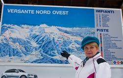 A mulher mostra as inclinações do mapa do recurso Foto de Stock Royalty Free
