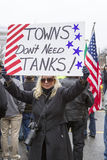 A mulher mostra o sinal do protesto Fotos de Stock Royalty Free
