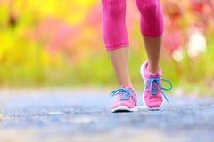 Mulher movimentando-se com pés e os tênis de corrida atléticos Imagem de Stock