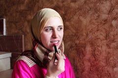 Mulher muçulmana árabe com vermelho Foto de Stock Royalty Free
