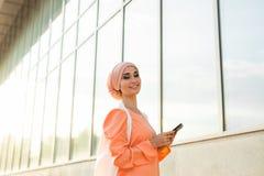 Mulher muçulmana árabe moderna com tablet pc fora Fotos de Stock