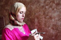 Mulher muçulmana árabe que conta o dinheiro Fotografia de Stock Royalty Free