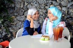 Mulher muçulmana asiática nova no lenço principal Imagens de Stock Royalty Free