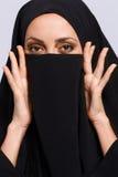 Mulher muçulmana bonita que olha a câmera fotografia de stock