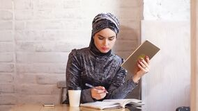 Mulher muçulmana bonita que trabalha com originais Negócio, estilo de vida video estoque