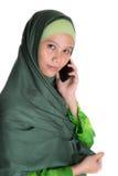Mulher muçulmana com Smartphone IV Foto de Stock Royalty Free