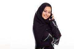 Móbil muçulmano da mulher foto de stock royalty free