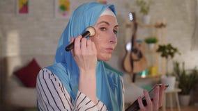 Mulher muçulmana em um hijab com uma cicatriz da queimadura em sua cara que faz a composição filme