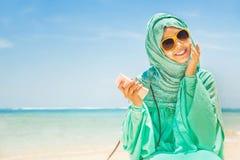 Mulher muçulmana em uma praia fotografia de stock