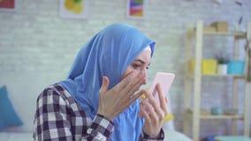 A mulher muçulmana nova bonita desagradou olhares no espelho filme