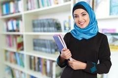Mulher muçulmana nova bonita do close-up com imagem de stock royalty free