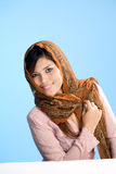Mulher muçulmana nova no desgaste tradicional Fotos de Stock Royalty Free