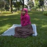 Mulher muçulmana nova no parque Imagem de Stock Royalty Free