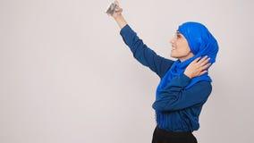 Mulher muçulmana nova que levanta tomando a foto do selfie com telefone celular video estoque