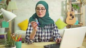 Mulher muçulmana nova que procura o Internet por um inalador asmático vídeos de arquivo