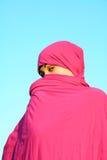 Mulher muçulmana que esconde atrás do lenço Fotos de Stock Royalty Free