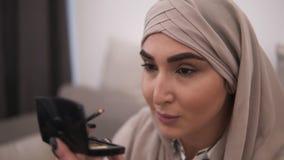 Mulher muçulmana que faz o contorno em seu olho usando o eyepencil preto r Opinião dianteira uma mulher dentro vídeos de arquivo