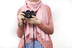 Mulher muçulmana que toma uma fotografia com uma câmera do slr Imagens de Stock Royalty Free