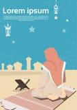 A mulher muçulmana reza o Alcorão Ramadan Kareem Mosque Religion Holy Month ilustração royalty free