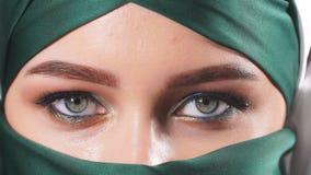 Mulher mu?ulmana asi?tica bonita com o v?u tradicional do niqab filme