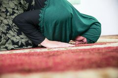 Mulher mu?ulmana nova que reza na mesquita foto de stock royalty free