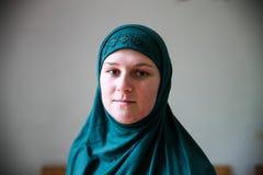Mulher mu?ulmana nova que reza na mesquita fotos de stock