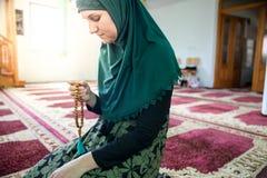 Mulher mu?ulmana nova que reza na mesquita fotografia de stock royalty free