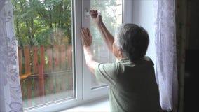 A mulher muda a abertura da janela da posição filme